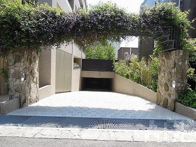 プラネスーペリア芦屋船戸町/駐車場へのアプローチ