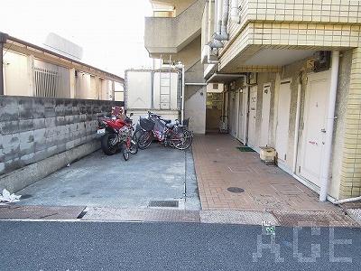 サンロイス芦屋3号館/駐輪場と入口 芦屋市上宮川町のマンション